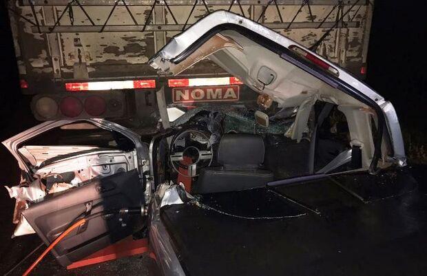 Motorista fica preso às ferragens após colisão