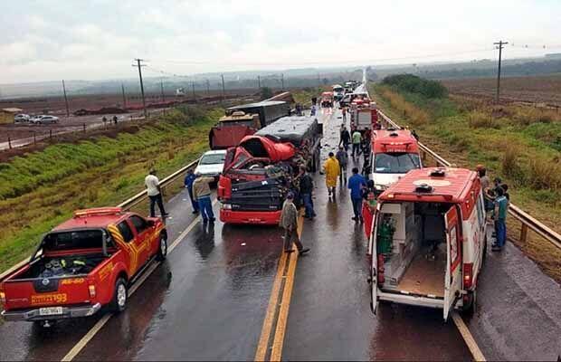 Acidente entre duas carretas e uma van deixa feridos na BR-463