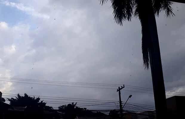Céu parcialmente nublado e pancadas de chuva em Campo Grande