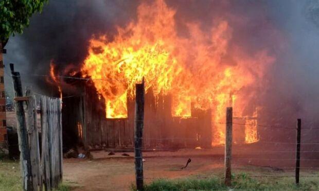 Casa pega fogo e tem todos os cômodos destruídos