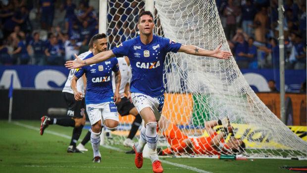 Cruzeiro vence Corinthians e abre vantagem para o jogo de volta