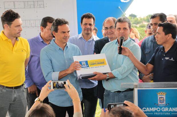 João Rocha entrega Plano Diretor a Marquinhos