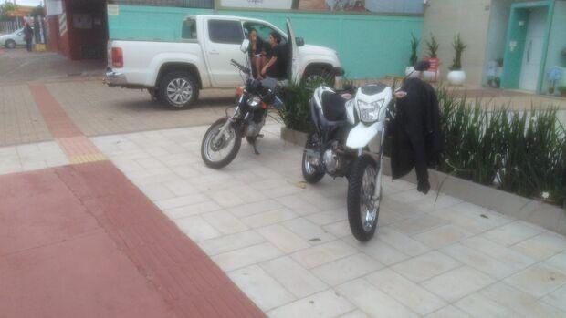 Acidente envolvendo duas motos e uma caminhonete deixa um ferido