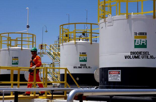 Petrobras eleva em 1,6% o preço da gasolina nas refinarias no sábado