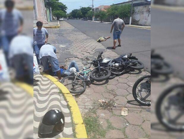 Colisão entre moto e ciclista deixa feridos