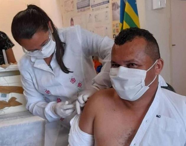 Prefeito de Guaribas é vacinado contra a Covid