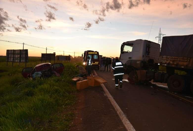 Jovem de 19 anos morre durante colisão contra carreta