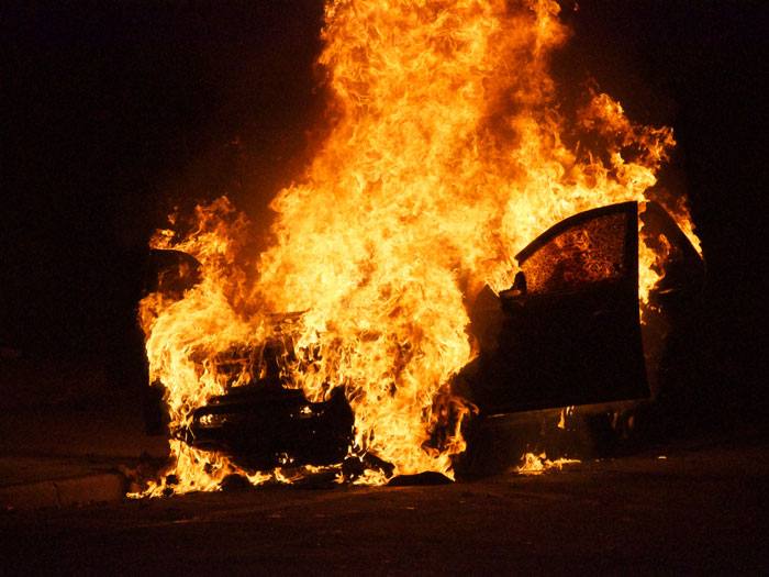 Resultado de imagem para carro em chamas